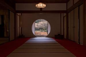 Meigetsu-in_Kamakura_Round_Window